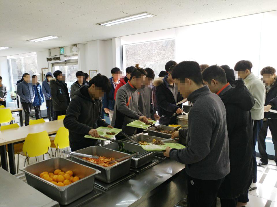 2018 설날 연휴 남학생 배식